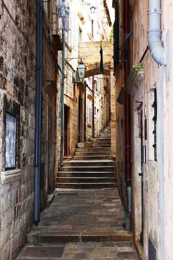 Oude treden op de smalle gebouwen van de wegsteen royalty-vrije stock foto's