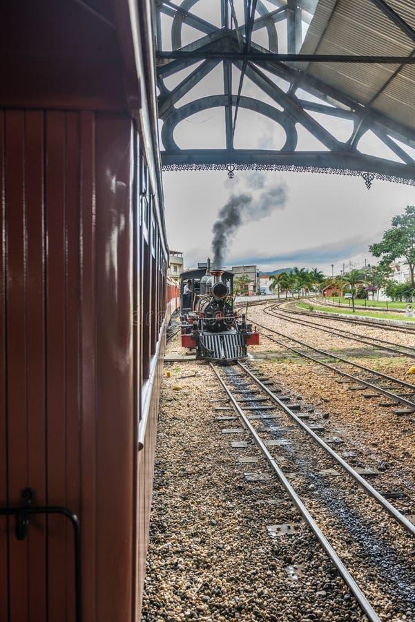 Oude trein ( Maria Fumaca ) in de stad van Heilige John Del Rei stock foto's