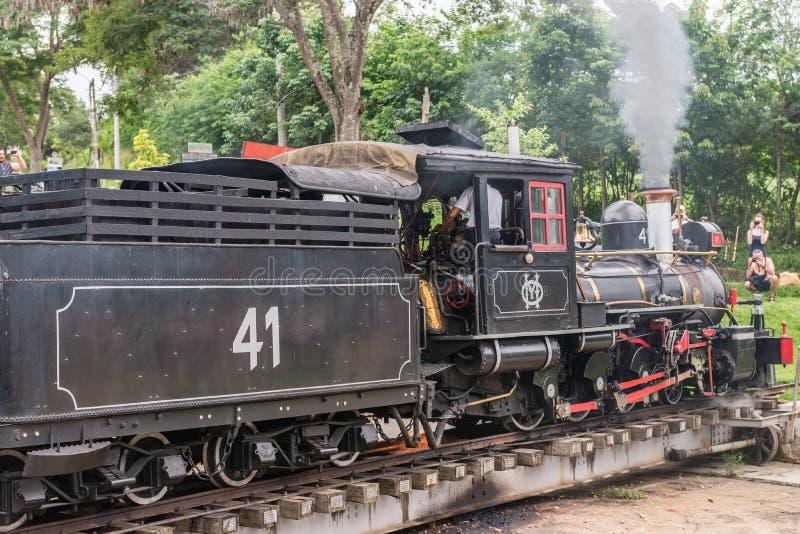 Oude trein ( Maria Fumaca ) in Tiradentes, een Koloniale stad stock fotografie