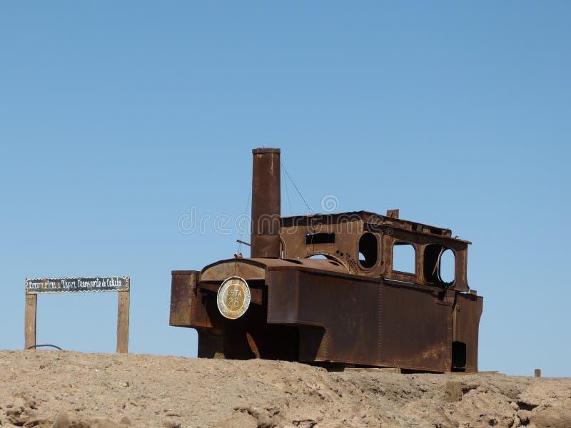Oude trein in woestijn stock foto's