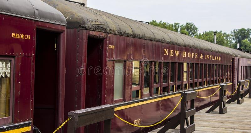 Oude treinauto's in nieuwe hoop stock foto