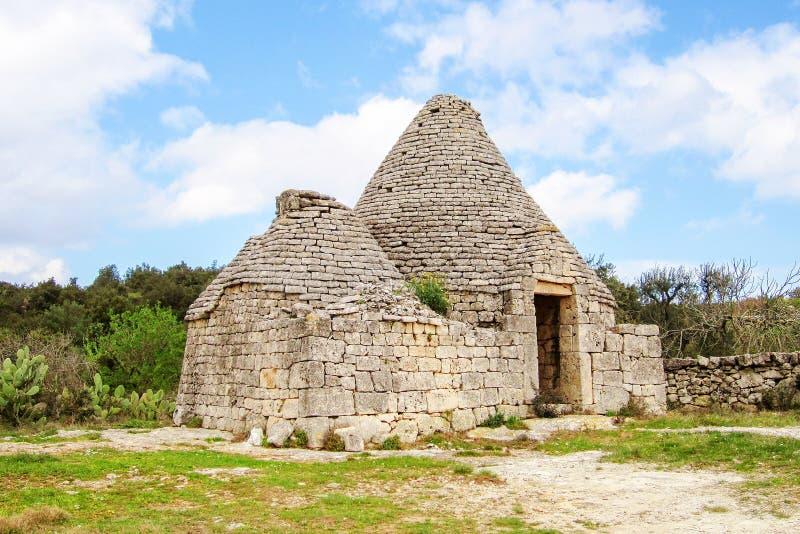 Oude Trulli, traditionele zeer oude huizen en olijfbomen in Puglia, Italië royalty-vrije stock afbeeldingen