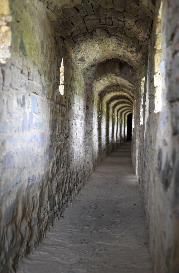 Oude tunnel in de vestingsmuur stock afbeeldingen