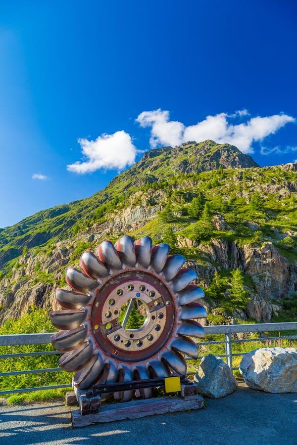 Oude Turbinebladen van de Hydro Elektrische Dam van Lakemosson, die als moderne kunstinstallatie dienen, Finhaut, Zwitsers Valais stock afbeelding