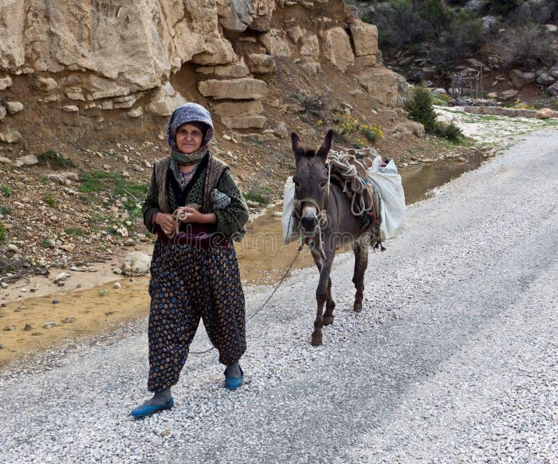 Oude Turkse vrouwen die op de weg lopen. stock afbeelding