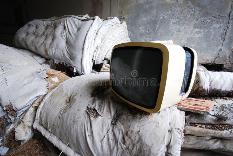 Oude TV - verlaten wijnoogst - stock afbeelding