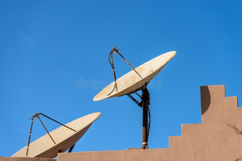 Oude twee en Rusty Satellite Dishes - Egypte Afrika royalty-vrije stock afbeeldingen