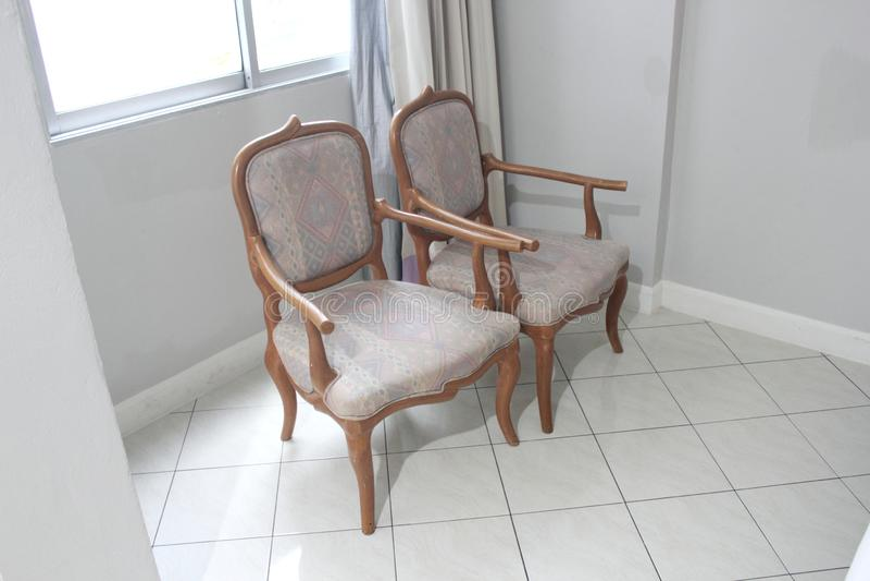 Oude tweelingstoel in bedruimte royalty-vrije stock afbeelding