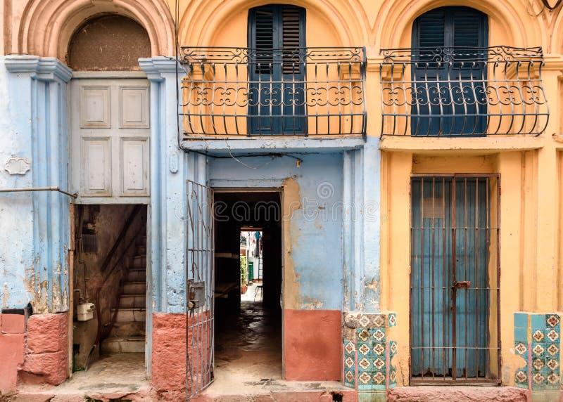 Oude uitgeputte deuropeningen in verschillende kleuren in Havana, Cuba royalty-vrije stock foto