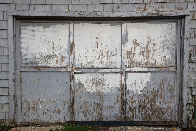 Oude uitgeputte grijze garagedeur royalty-vrije stock afbeelding