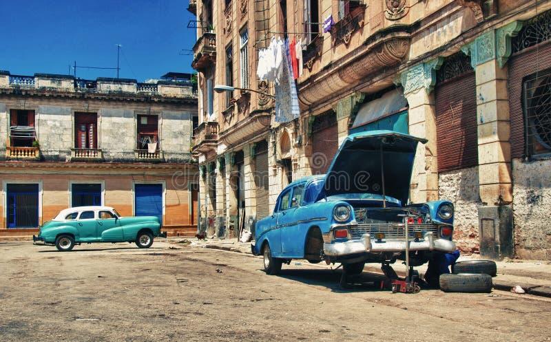 Oude uitstekende Amerikaanse auto met motorprobleem stock foto's