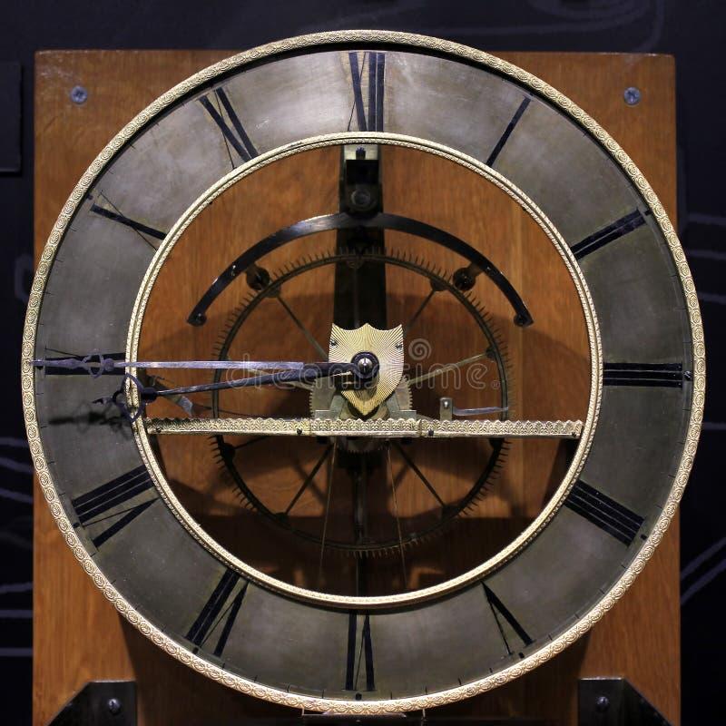 Oude uitstekende antieke klok op zwarte achtergrond royalty-vrije stock afbeeldingen