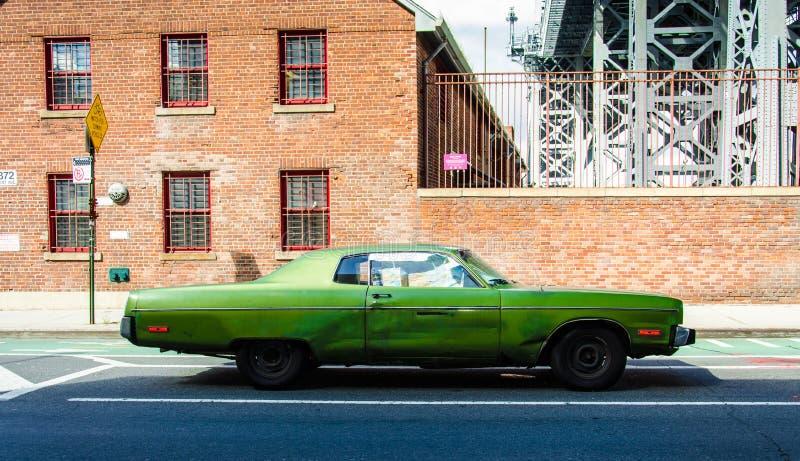 Oude uitstekende auto op een straat in Brooklyn (New York) royalty-vrije stock afbeeldingen