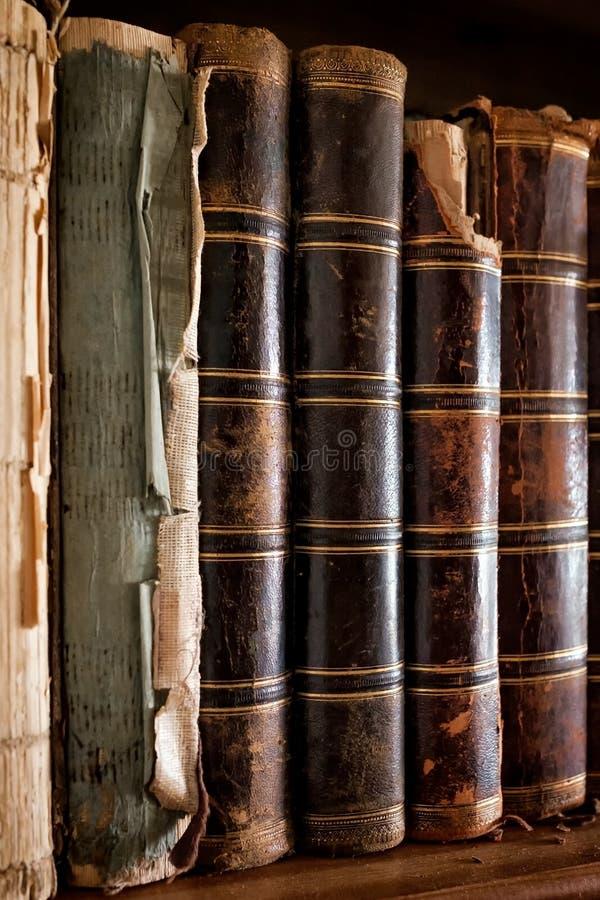 Oude uitstekende boeken die zich op een rij bevinden Bibliotheekplank bij universiteit royalty-vrije stock fotografie