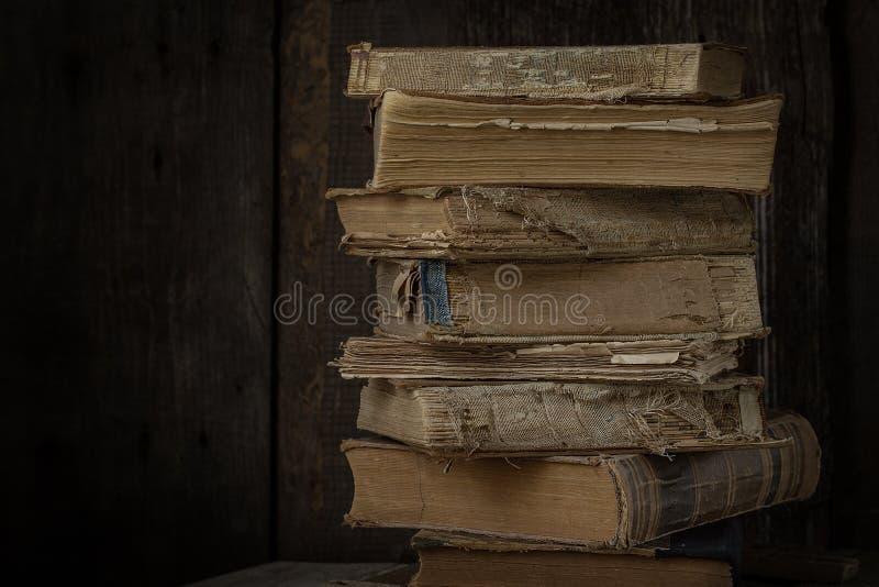 Oude uitstekende boeken op houten bureau Retro stijl royalty-vrije stock foto's