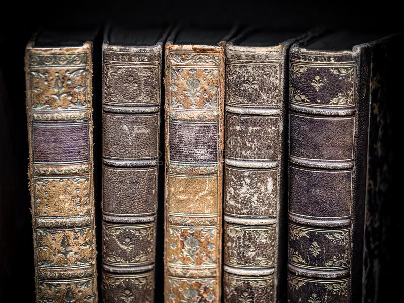 Oude uitstekende boeken op zwarte geweven achtergrond royalty-vrije stock fotografie