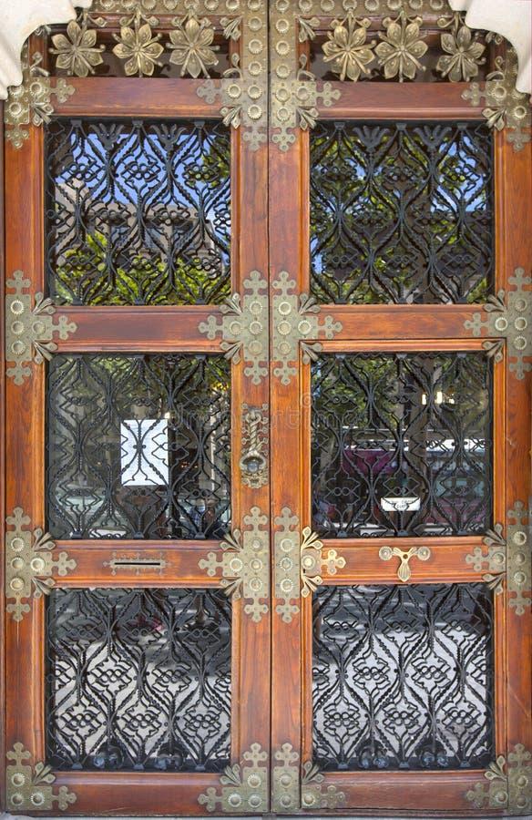 Oude uitstekende buiten rode deur in Barcelona stock foto's