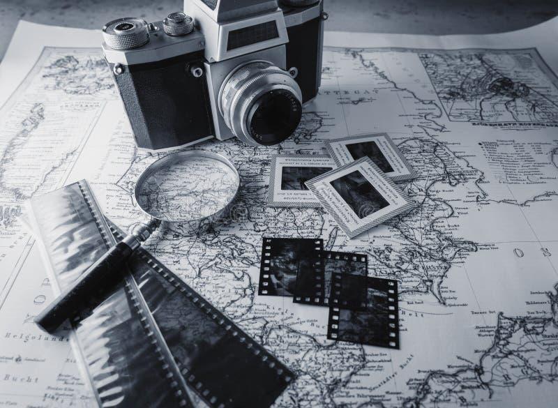 Oude uitstekende camera op kaart met negatieven stock fotografie