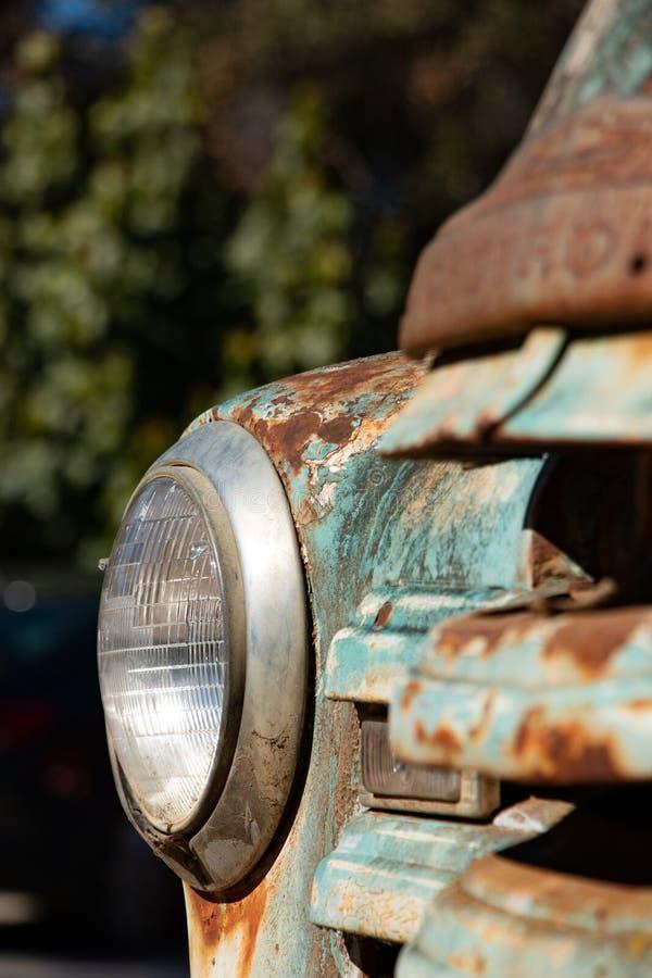 Oude uitstekende de vrachtwagenradiator van 1950 en voorlicht royalty-vrije stock afbeelding
