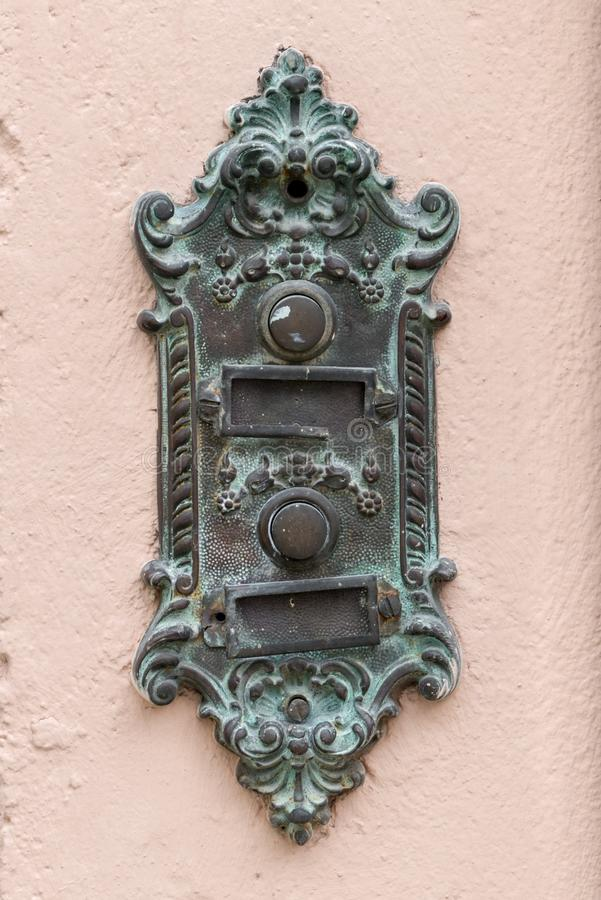 Oude uitstekende deurklok met naamplaat royalty-vrije stock foto's