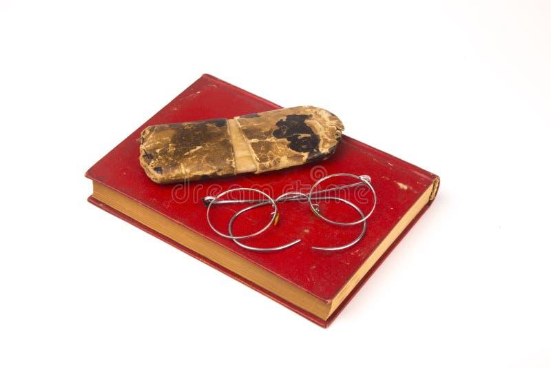 Oude uitstekende die boeken en glazen op witte achtergrond worden geïsoleerd royalty-vrije stock afbeelding