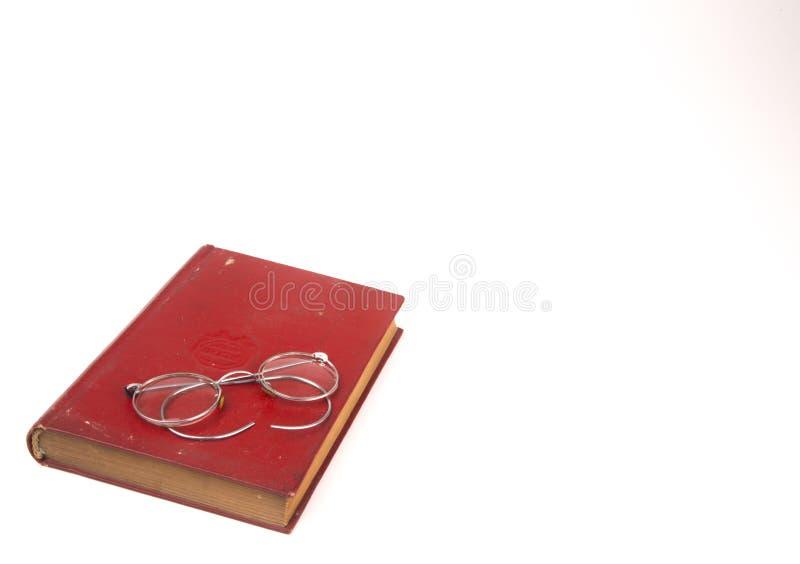 Oude uitstekende die boeken en glazen op witte achtergrond worden geïsoleerd stock fotografie