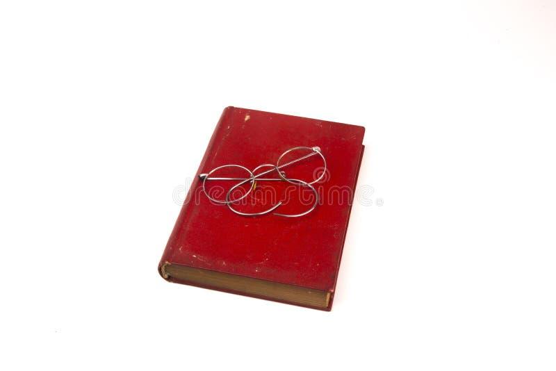 Oude uitstekende die boeken en glazen op witte achtergrond worden geïsoleerd royalty-vrije stock afbeeldingen