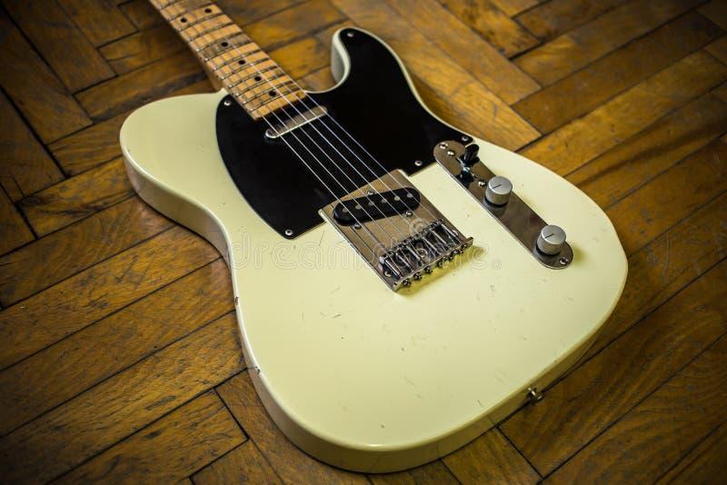 Oude uitstekende elektrische gitaar stock afbeelding