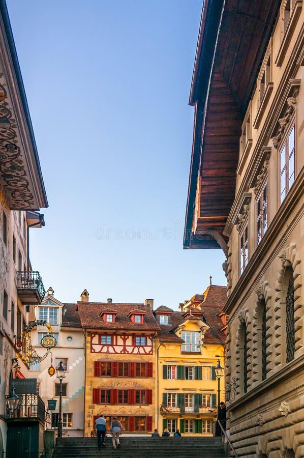 Oude uitstekende gebouwen en trap aan Kornmarkt in oude stad Luzerne, Swizerland stock fotografie