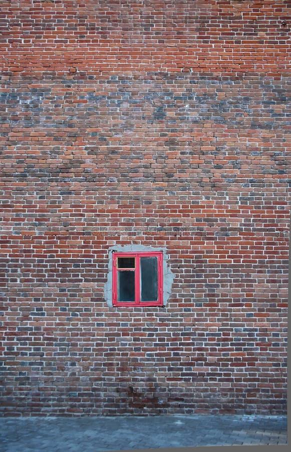 Oude uitstekende grungebakstenen muur en klein venster stock fotografie