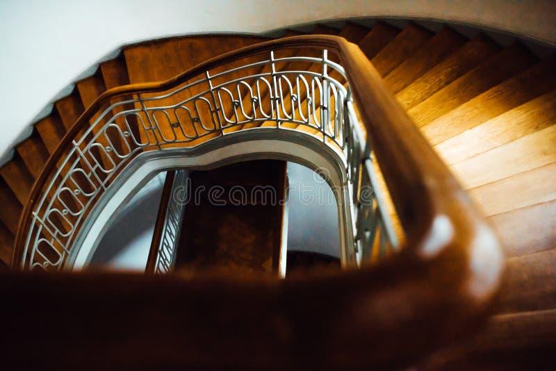 Oude uitstekende halfronde trap stock fotografie