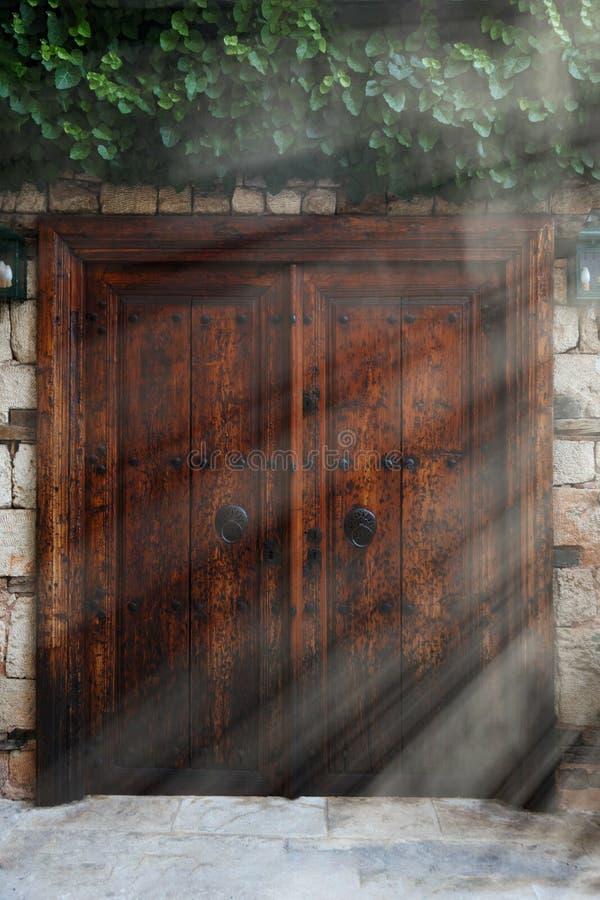 Oude uitstekende houten dubbele deuren met ijzerhandvatten stock fotografie