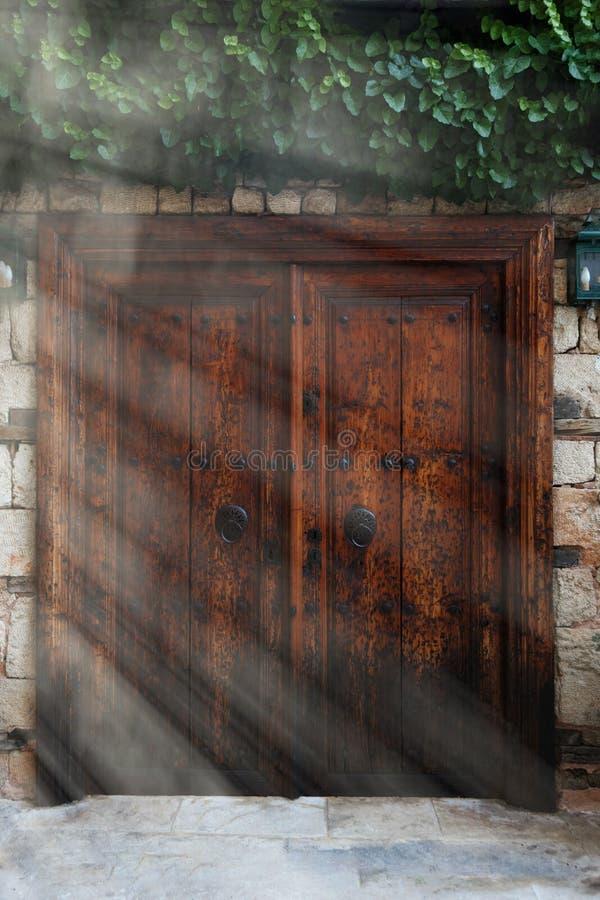 Oude uitstekende houten dubbele deuren met ijzerhandvatten stock foto's