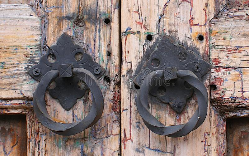 Oude uitstekende houten geweven deur met metaalhandvatten royalty-vrije stock afbeeldingen