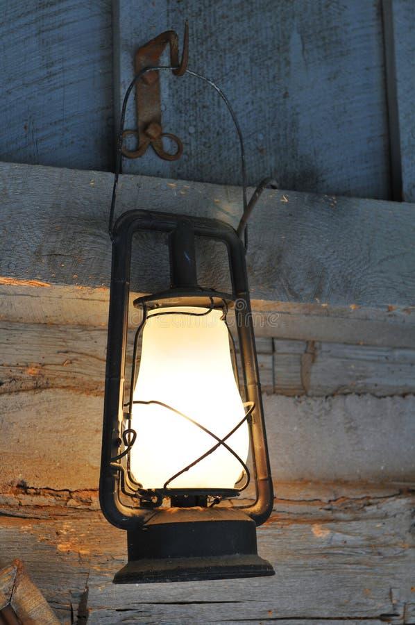 Oude uitstekende lamp stock afbeeldingen