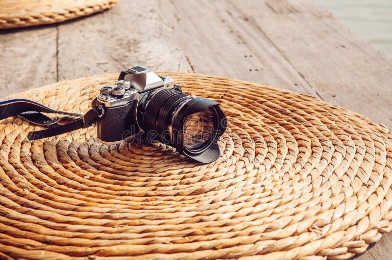 Oude uitstekende retro stijlcamera op de droge mat van de waterhyacint natur royalty-vrije stock foto
