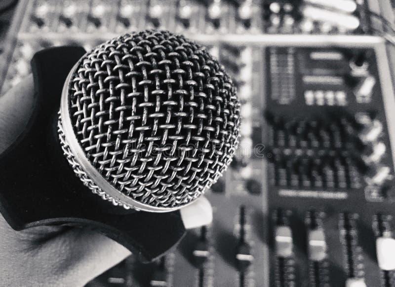 Oude uitstekende retro stijlmicrofoon stock foto's