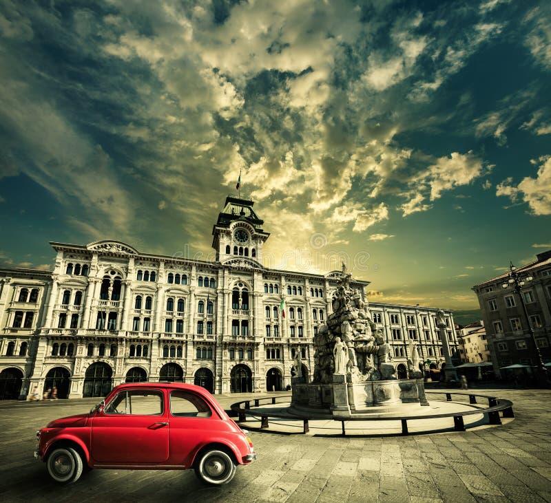 Oude uitstekende rode auto, Historische retro scène Triëst, Italië stock afbeeldingen