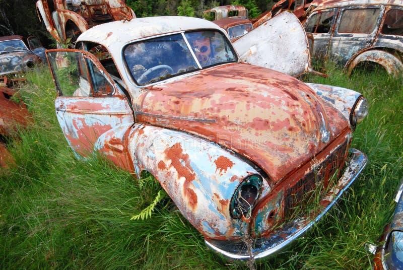 Oude uitstekende roestige auto royalty-vrije stock afbeelding
