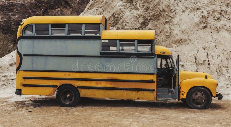 Oude uitstekende roestige die autovrachtwagen in de woestijn wordt verlaten royalty-vrije stock fotografie