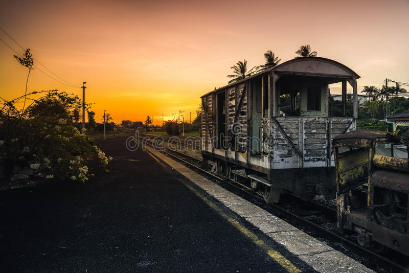 Oude uitstekende roestige spoorwegauto's die op een oud spoor zitten stock foto's
