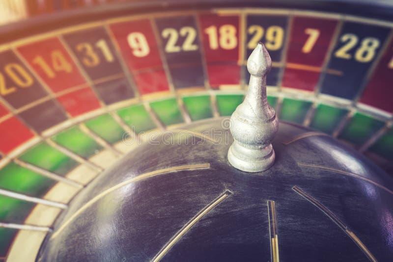 Oude uitstekende roulette en gok voor risicoconcept stock afbeelding