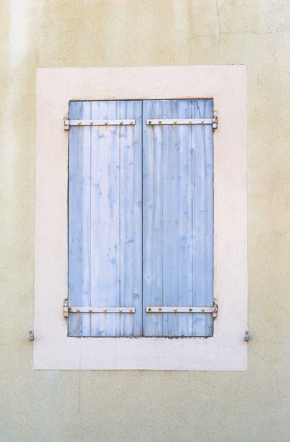 Oude uitstekende rustieke blauwe gesloten Franse de stijlboog van venstersblinden royalty-vrije stock foto