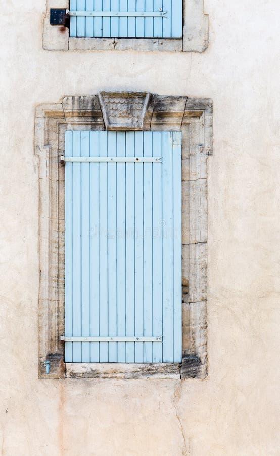 Oude uitstekende rustieke blauwe gesloten Franse de stijlboog van venstersblinden stock foto's