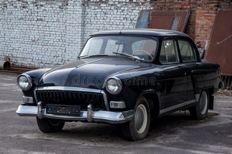 Oude uitstekende sovjet zwarte retro auto royalty-vrije stock afbeeldingen
