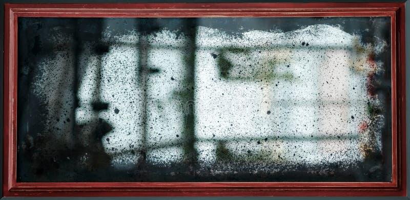 Oude uitstekende spiegel met krassen en stof stock afbeelding