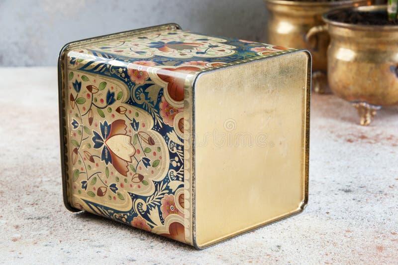 Oude uitstekende tindoos met handvat royalty-vrije stock foto's