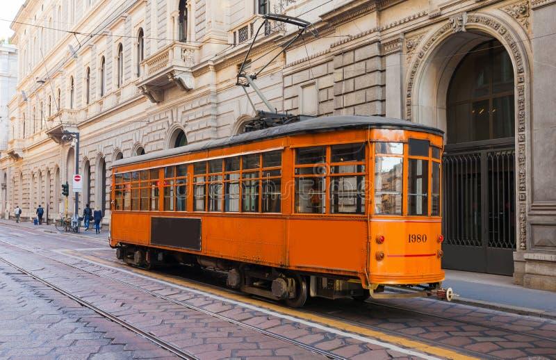 Oude uitstekende tram in het stadscentrum van Milaan, Lombardia, Italië Beroemde toeristenbestemming in Zuid-Europa stock fotografie