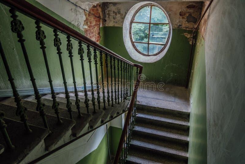Oude uitstekende trap bij het oude huis Ovaal Venster stock fotografie