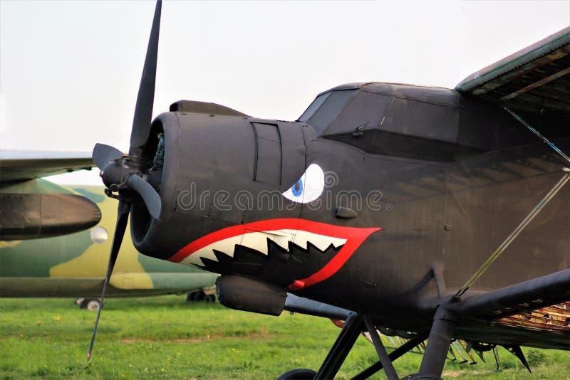 Oude uitstekende zwarte tweedekker met geschilderde haai op het bij het Oude Festival van het Autoland royalty-vrije stock afbeelding